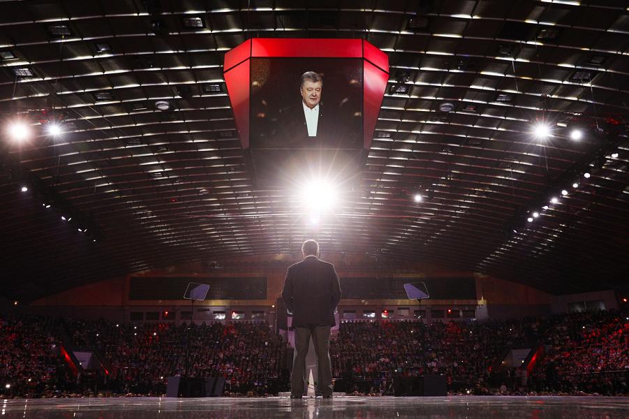 Кандидат Петро Порошенко наступает. И раздает опасные намеки
