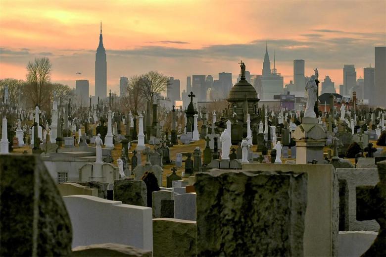 Гуманоиды на кладбище в районе Квинс