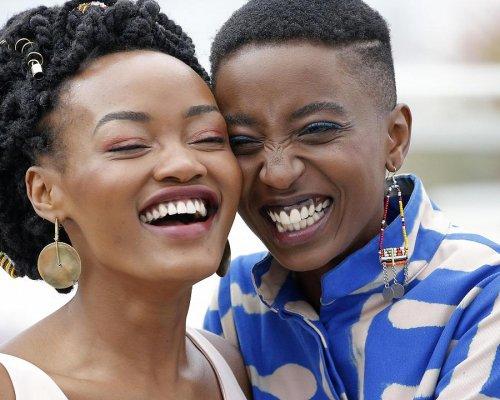 В Кении на неделю разрешили фильм о любви двух девушек