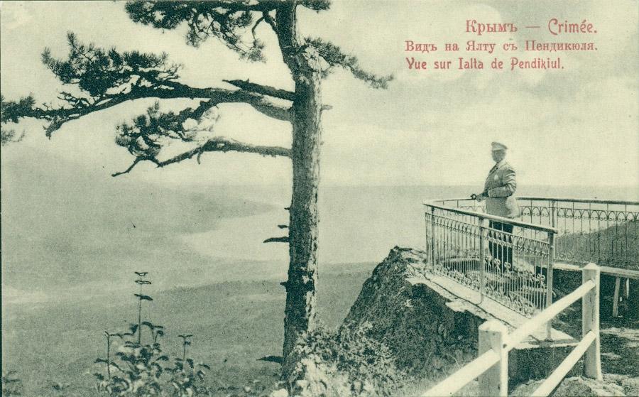 Турист смотрит на Ялту с Пендикюля