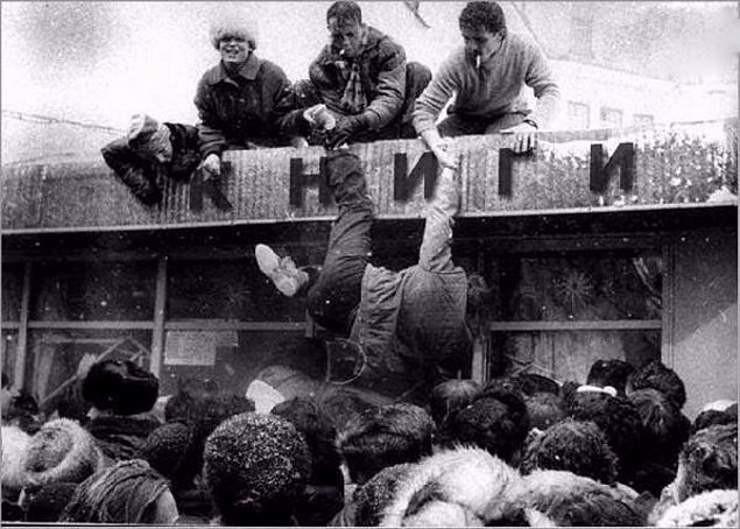 13. То, что мы больше никогда не увидим — очередь в книжный магазин. Москва, 1990 год. СССР, люди, рожденные в СССР, советский союз