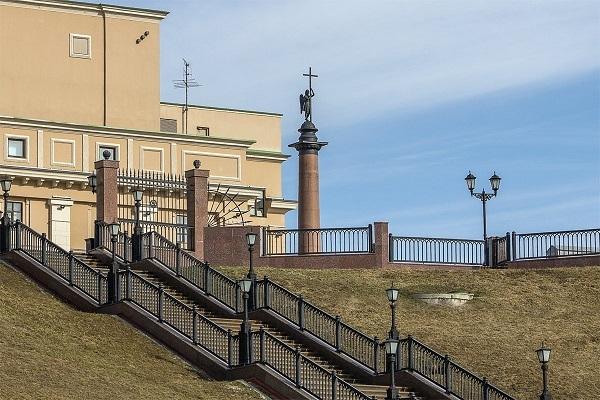 Ущерб в почти 150 тыс рублей возместит Ижевску девушка, съехавшая на «Ниве» по лестнице