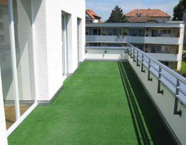 Искусственный газон на балконе фото..