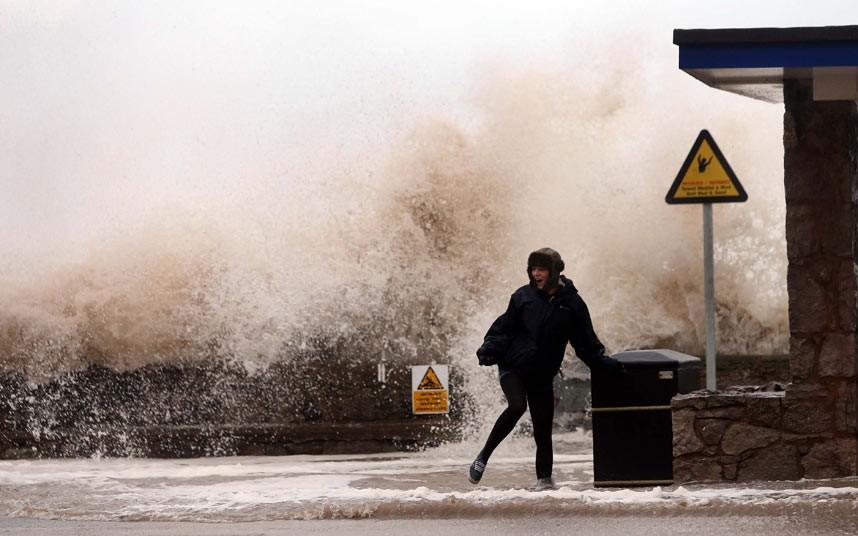 Шквальный ветер обрушился на Великобританию