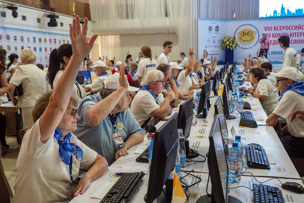 """Пожилой с приставкой """"кибер"""". Пенсионеры со всей России соревновались в компьютерной грамотности"""