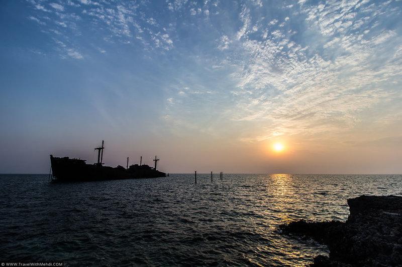 Одна из достопримечательностей острова - Греческий Корабль иран, курорт, остров, персидский залив, рай на земле, туристическая столица