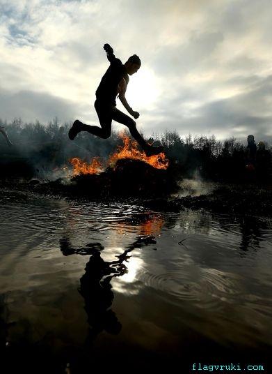 Во время соревнований 11,000 тысяч мужчин прошли сквозь огонь, воду, болото, канаты, колючую проволоку и множество других препятствий.