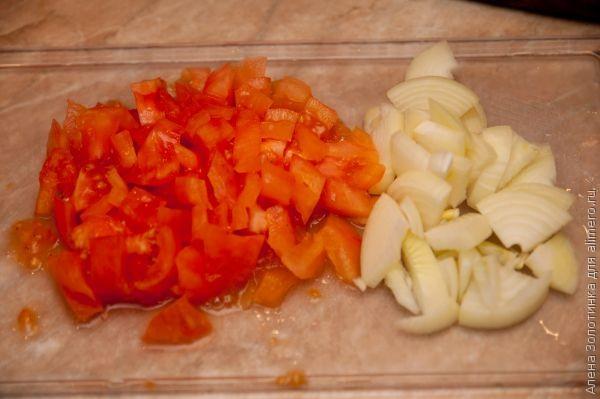 порежем помидоры и лук