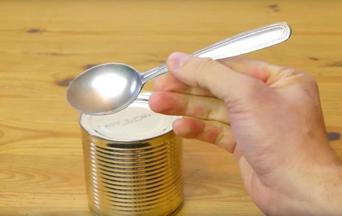 Как буквально за минуту открыть консервы при помощи ложки
