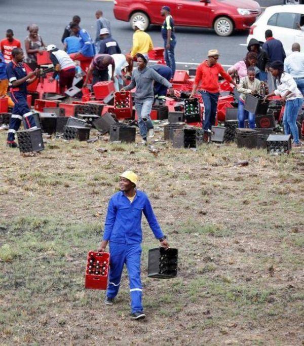 Попавший в аварию грузовик порадовал жителей ЮАР