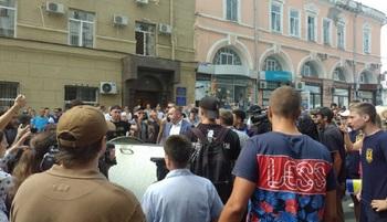 В Харькове во время беспорядков в горсовете пострадали две женщины