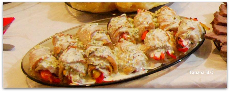 Индюшиные рулеты с овощами под соусом тар-тар.