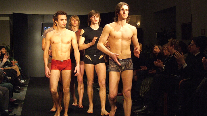 Пробивая дно: В Австралии выпустили кружевные трусы и бюстгальтеры для мужчин