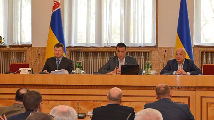 Закарпатский облсовет требует от Порошенко не подписывать закон об образовании