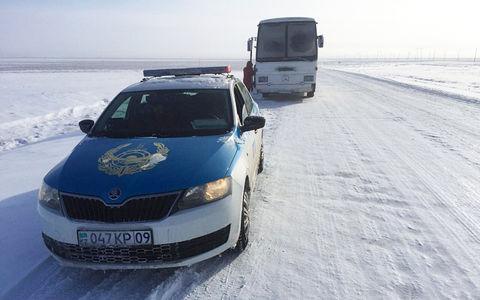 28 женщин 10 часов толкали на морозе заглохший автобус. Никто не остановился!