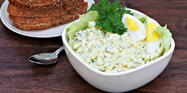 Салат с солёными огурцами и яйцами