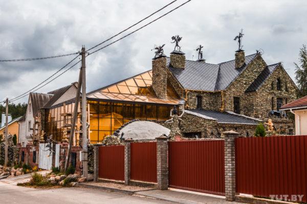 В Беларуси бизнесмен построил дом, которого пугаются местные жители