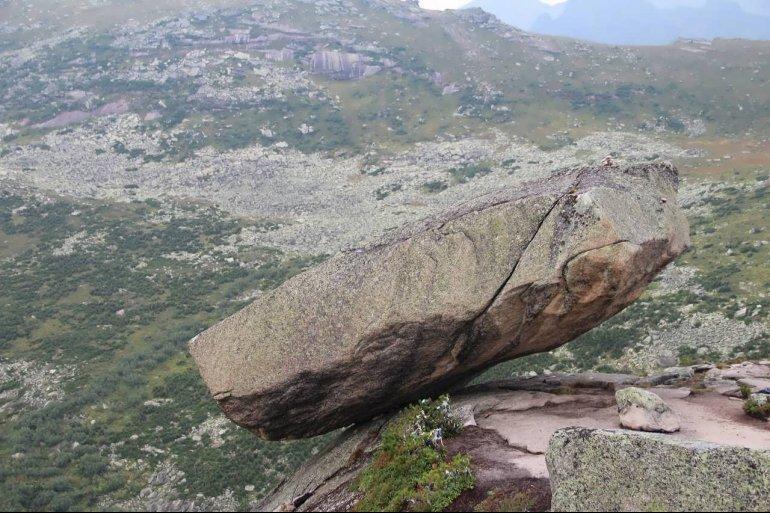 600-тонный Висячий камень в Красноярском крае