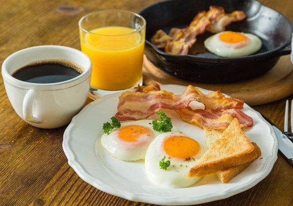 К чему приводит отсутствие завтрака и какие продукты лучше есть с утра?