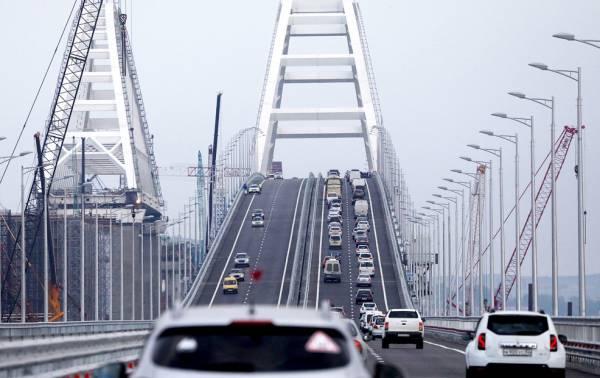 Плавучий кран врезался в опору Крымского моста