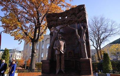 В Москве появился памятник Исламу Каримову