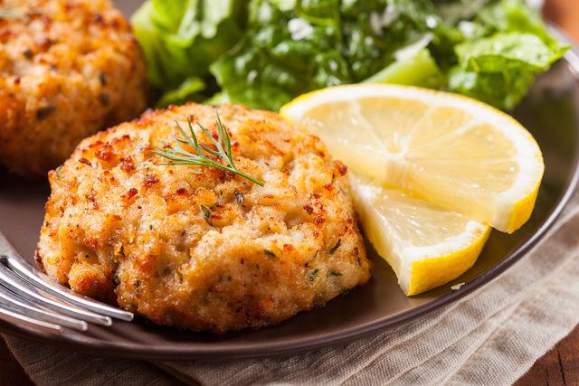 К рыбе подходят подливы на основе лимонного сока, майонеза, сметаны, томатной пасты и сухого вина