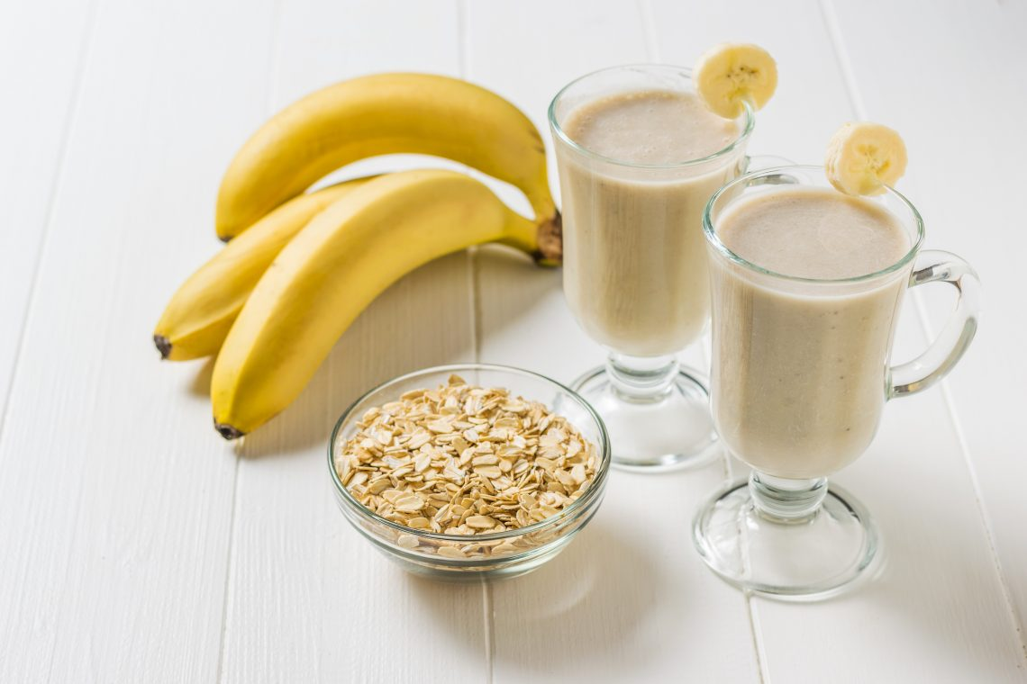 Банановый смузи с овсянкой и миндальным молоком
