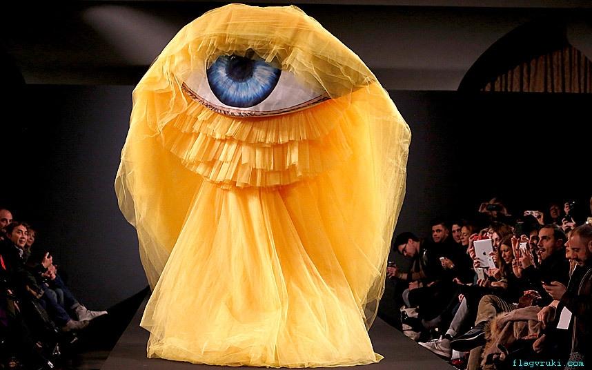 На фото: модель представляет творение из коллекции итальянского дизайнера Джанни Молато.