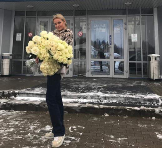 Пьяная Волочкова опоздала на самолет в Череповце