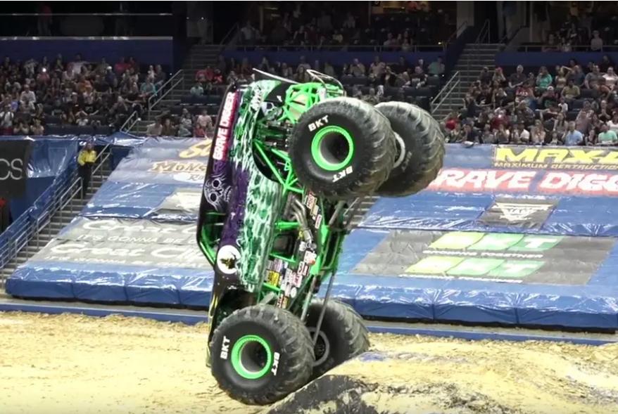 Видео: монстр-трак ездит на передних колесах