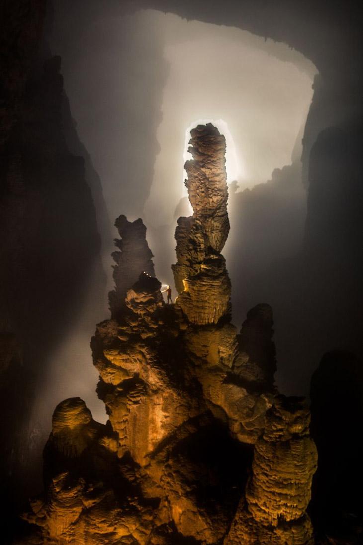 Человек и образования в пещере Шондонг