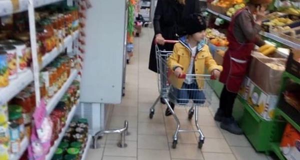Фото Пугачёвой, покупающей продукты в магазине эконом-класса, вызвало бурную реакцию в Сети