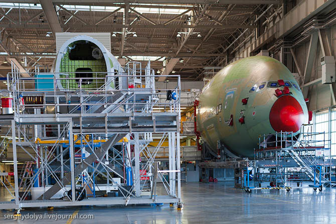 Как строят огромные авиалайнеры А380 и как они выглядят внутри