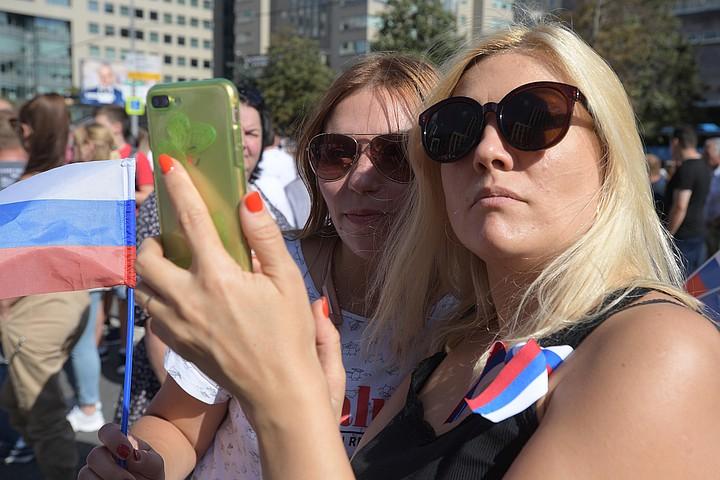 Концерты , флешмобы и гигантский триколор: как Москве отмечают День Флага России