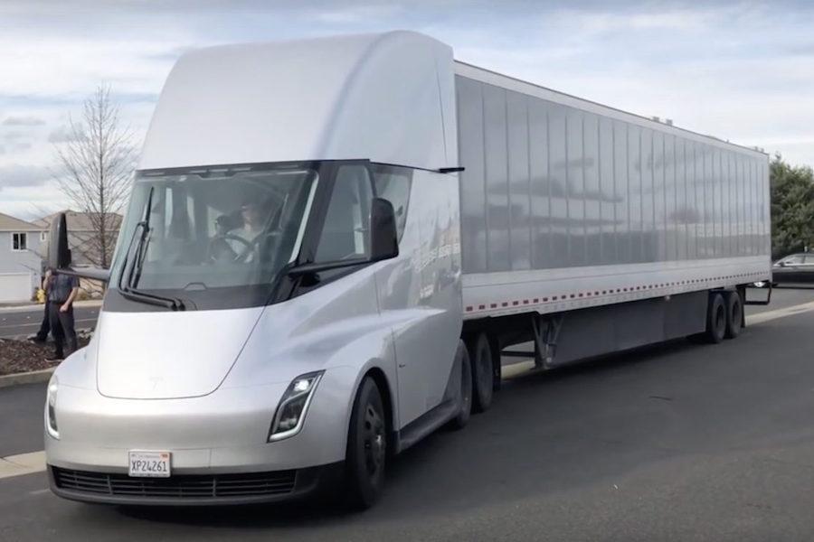 Тесла грузовики вышли на трассу