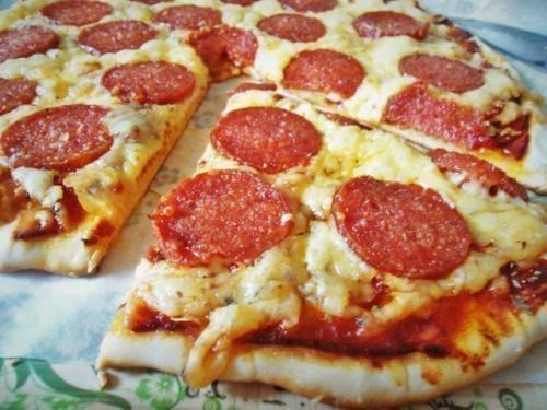 Пицца на тонком хрустящем тесте.