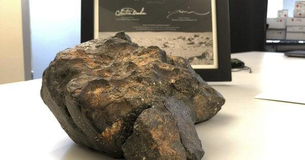 Лунный метеорит за 612.500 долларов продан на аукционе