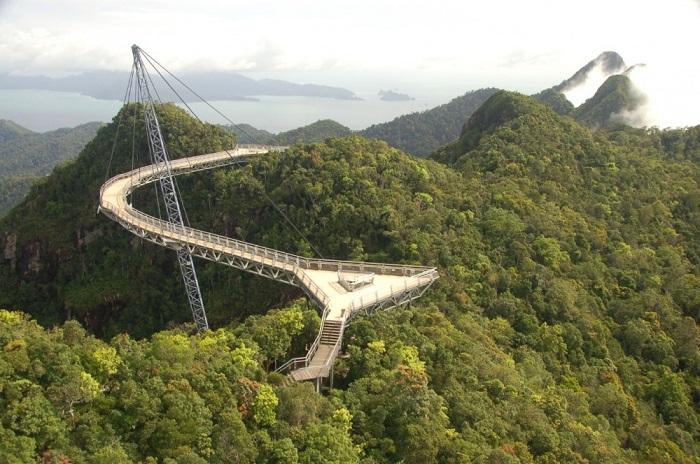 Уникальное сооружение, которое держится на одной единственной наклонной опоре и фактически подвешено над огромной пропастью.