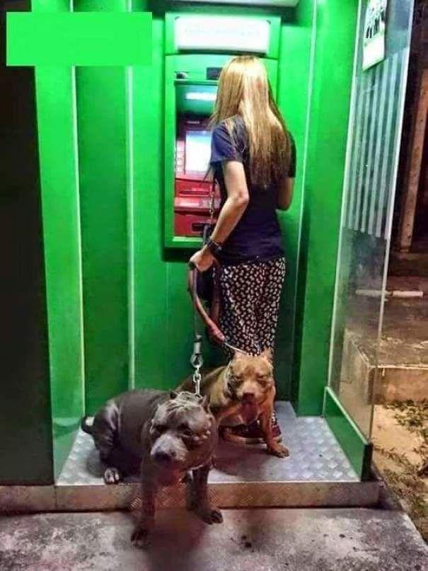 Лучшая защита тыла при снятии денег с банкомата))