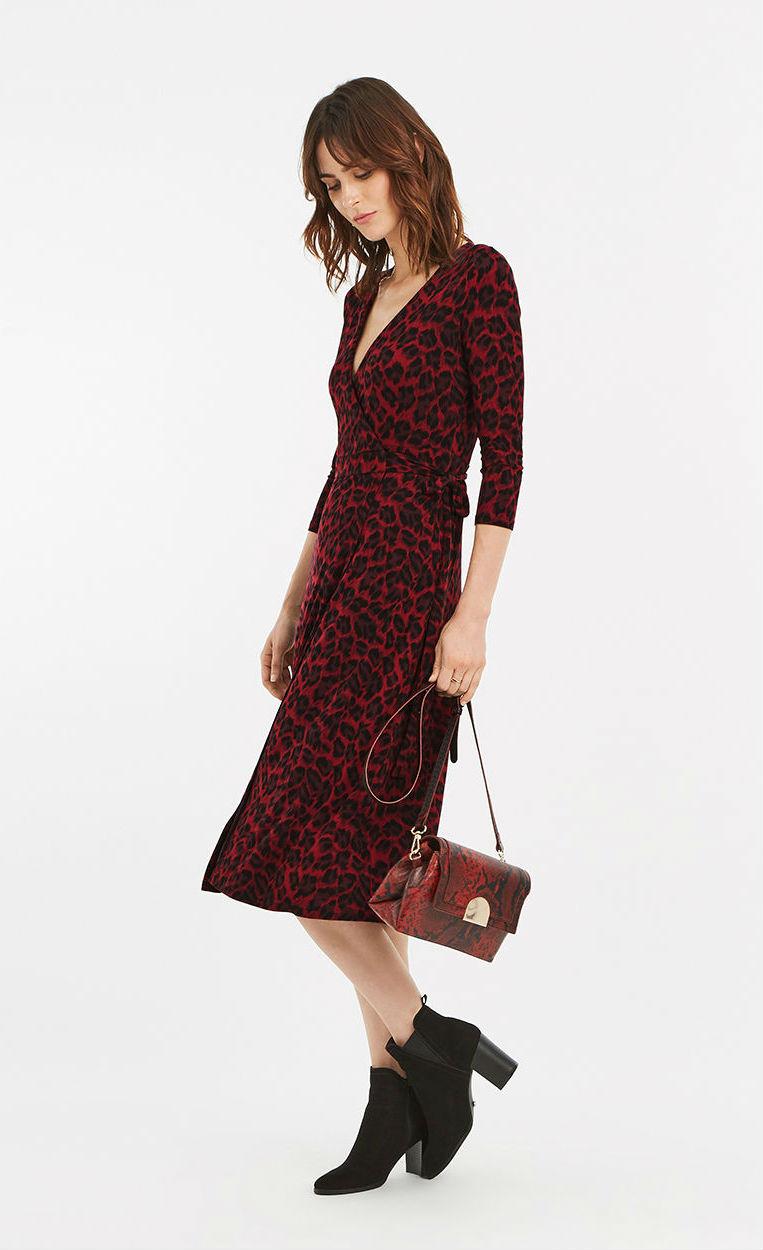 Модель в красном платье с леопардовым принтом