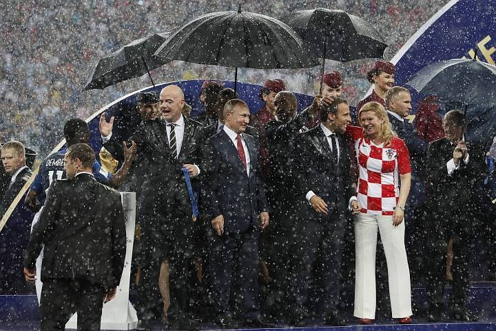 Иностранцы обсуждают зонт Пу…