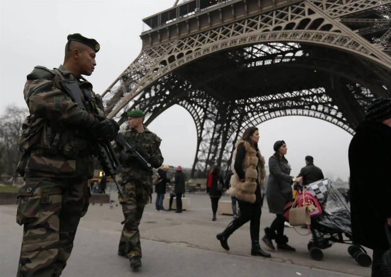 На улицы Парижа выводится армия