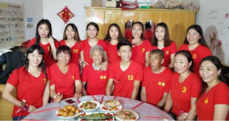В Китае 11 сестер жертвуют собой ради брата