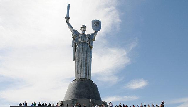 """В Киеве пообещали декоммунизировать монумент """"Родина-мать"""""""