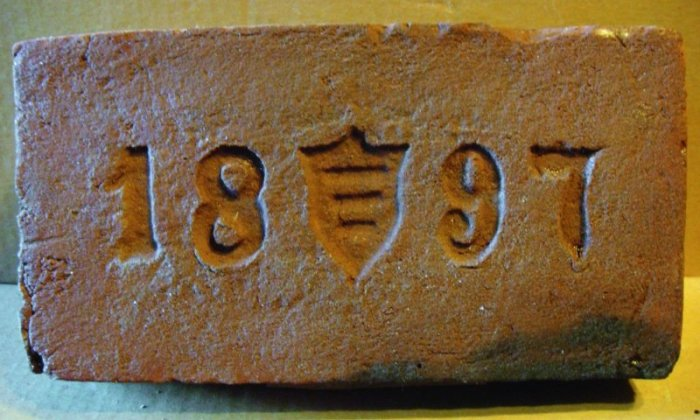 Год изготовления также иногда указывался на кирпиче. | Фото: forum.violity.com.
