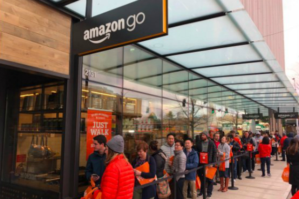 """Магазин Amazon Go без """"кассиров и очередей"""" собрал огромную очередь сразу как открылся"""