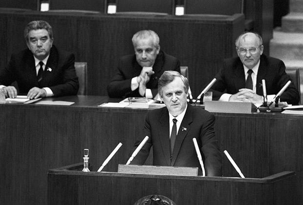 Первое совместное заседание палат Совета Союза и Совета Национальностей. На снимке: Николай Рыжков (на первом плане), Рафик Нишанов, Анатолий Лукьянов и Михаил Горбачев (слева направо на втором плане).