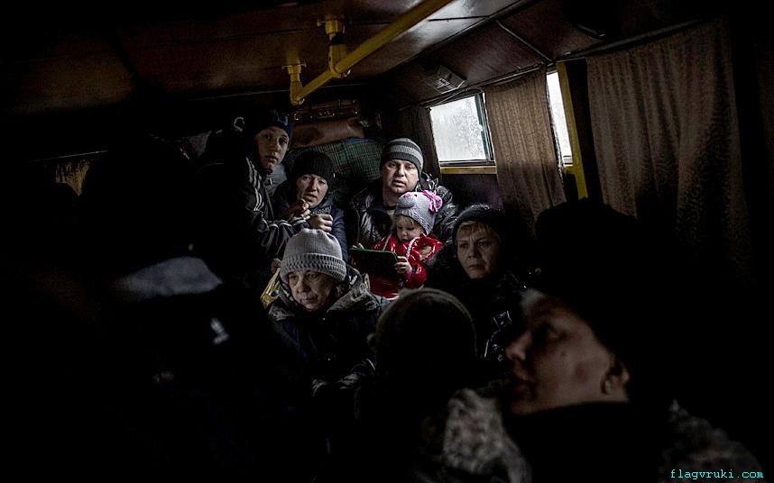 Дебальцево продолжает подвергаться массовым артиллерийским обстрелам. Волонтёры и милиция под огнём вывозит мирных жителей.