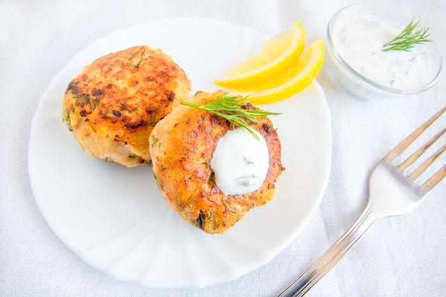 В домашние рыбные котлеты также добавляют лимонный сок, манку, сырой картофель или другие овощи, например морковь