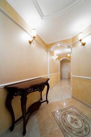 длинный классический коридор